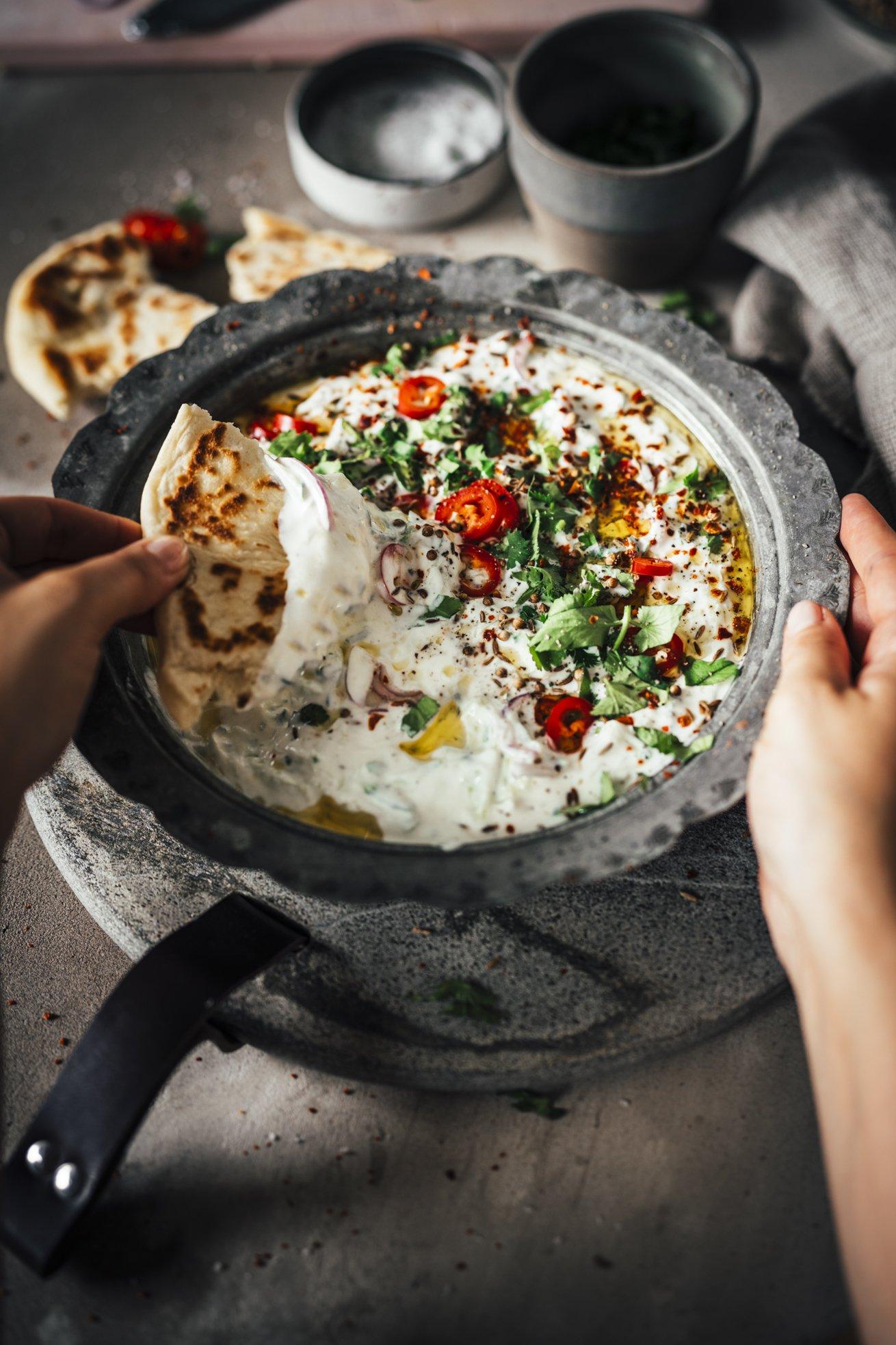 Indischer Dip - Raita mit Gurken und Peperoni