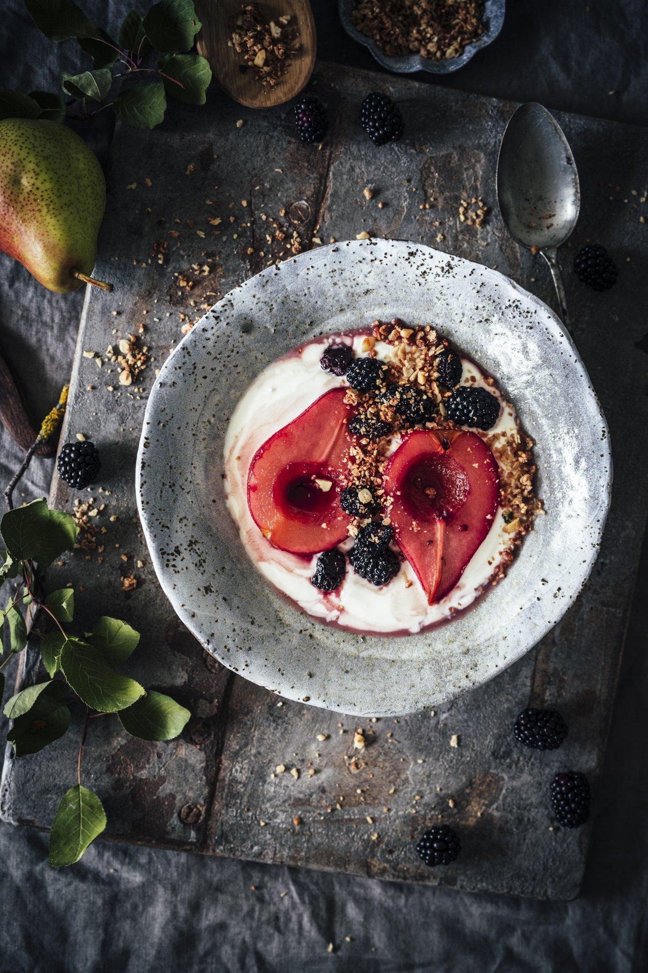 Einfaches Rezept für Joghurt mit Cassis Birnen