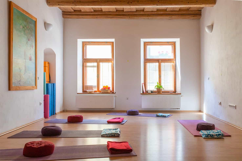 Tělocvična připravená na jógu nebo meditační semináře