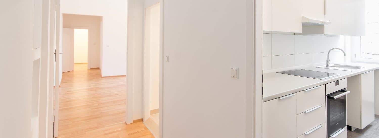 Snickare på Byggföretaget Umeå Ab har renoverat lägenheter med vita väggar