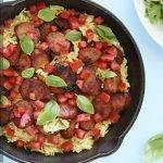 Сливочный рис с куриной колбасой и помидорами