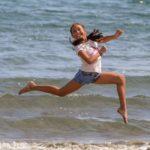 Jeune femme pleine d'énergie après un massage chez Laurence d'Activéquilibre