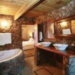 Необычная отделка ванной комнаты камнем