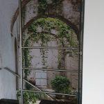 Montaż fototapety z motywem roślinnym.