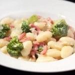 Gnocchi met spekjes en broccoli