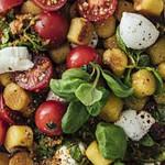 Gnocchi Caprese Salat mit Basilikum