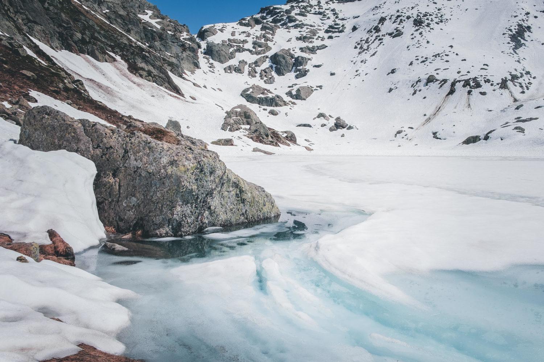 Zugefrorener Lago di Leit und Aufstieg zum Passo di Leit