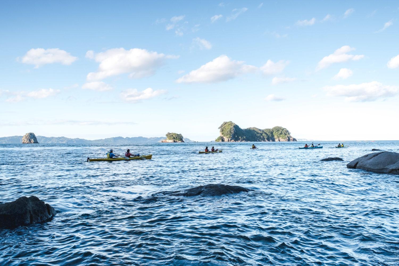 4 Kajaks im Wasser mit kleinen Inseln im Hintergrund