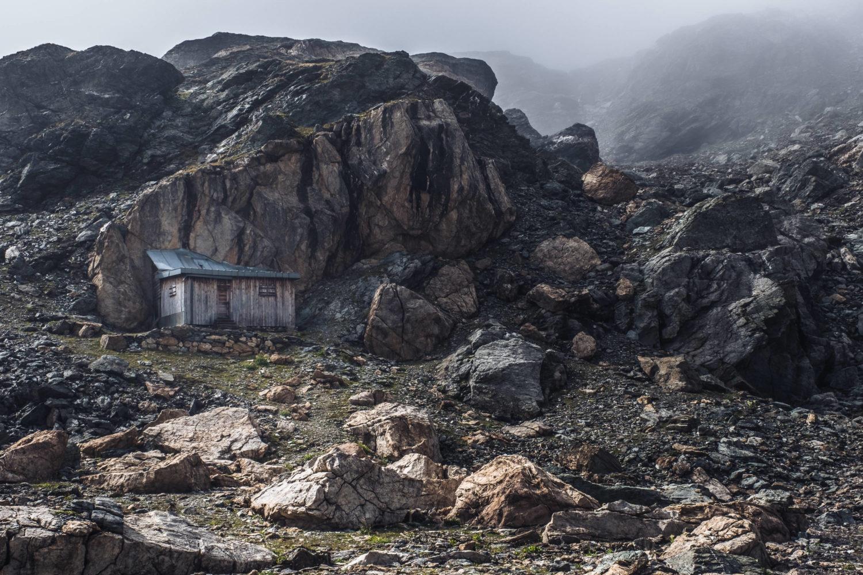 Hütte in felsiger Landschaft