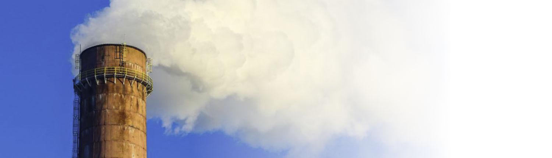 Schornstein stößt Rauch aus