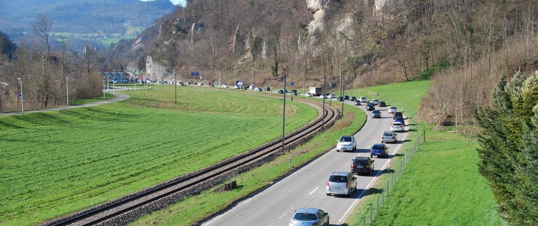 Strasse Richtung Klus (SO) mit Schiene