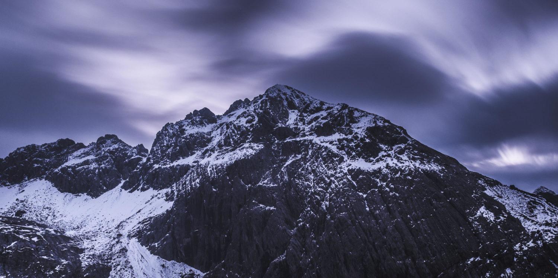 Schroffe Felswand im düsteren Morgengrauen