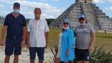 Пирамида Кукулькана в качестве фона для группы