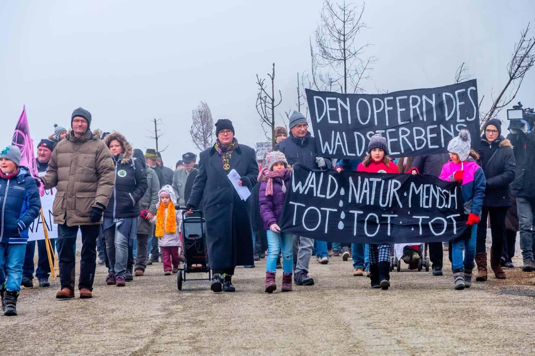 AktivistInnen demonstrieren gegen Klimawandel und Waldsterben