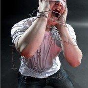 schreeuw-jongeman-blinddoek-gebonden-handen