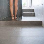Badezimmer, Dusche, Bodenfliesen, Beine einer Frau