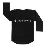 Shirt sisters friends stijl. Wij zijn nog steeds friends fan, dus dit moesten we maken! Dit shirt is gemaakt van 100% katoen en trekt makkelijk aan door de twee drukkers aan de zijkant van de halsopening. Je kunt kiezen voor de kleuren zwart, wit, grijs en voor de variaties longsleeve, of t-shirt!