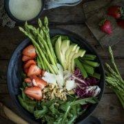 Salad Bowl mit Spargel und Walnüssen