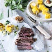Zartes Ribeye Steak vom Grill mit Mais, Feta und Avocado