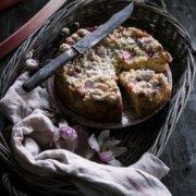 Traditioneller Rhabarber Streuselkuchen
