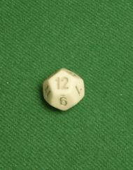 12 Vlakken Dobbelsteen Ivoor met zilveren cijfers 16mm twaalf zijdes kanten