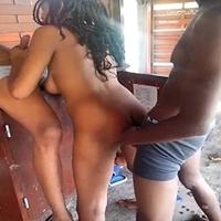 Morena safada caindo na suruba com dois amigos sacanas da favela