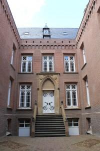 """Der Innenhof von Schloss Moyland mit der """"Mops- und Wolf""""-Treppe"""