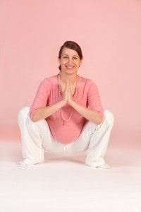 """Yoga Vidya e.V.; BU: Die tiefe Hocke """"Malasana"""" öffnet das Becken, dehnt das Dammgewebe und erhöht die Beweglichkeit der Hüfte."""