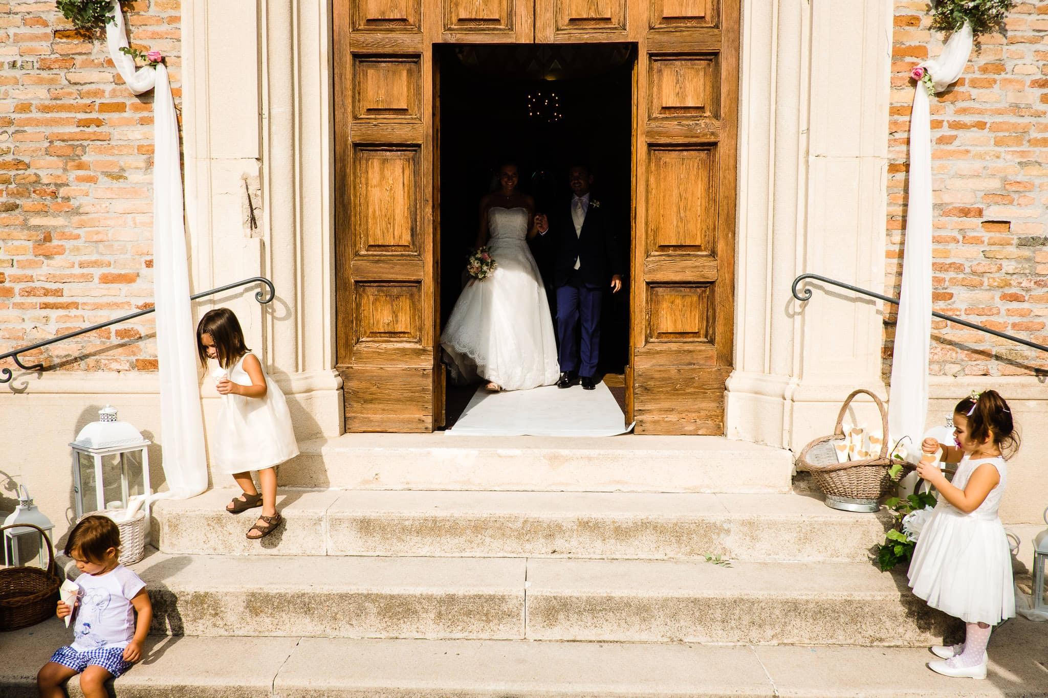 matrimonio castello di gradara nelle marche uscita chiesa