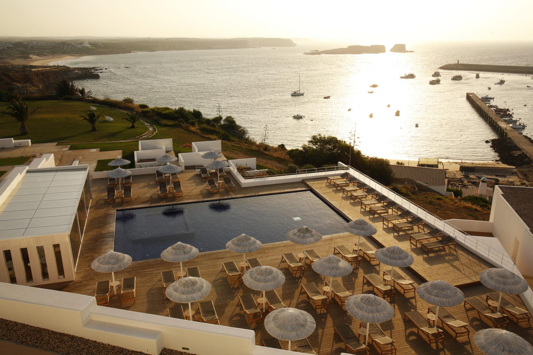 Blick über das Hotel Memmo Baleeira und den Hafen von Sagres
