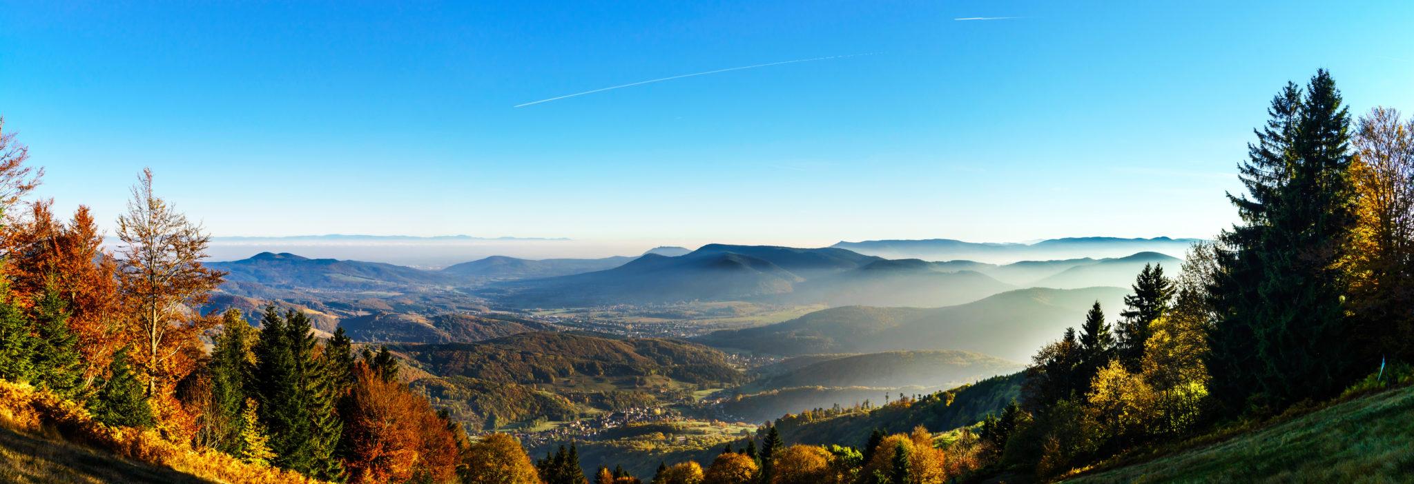 Landschaft der Vogesen im Herbst