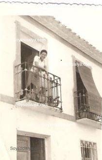 fotos antiguas de Oria oretano Joaquín Masegosa Rodriguez, Christiane, esposa, en el balcón de la casa