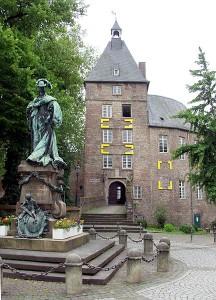 Das Moerser Schloss. Davor eine Statue der Kurfürstin Luise Henriette von Brandenburg / Foto: Wikipedia/Raimond Spekking