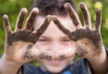 Microbes antidépresseurs dans le sol : comment la terre vous rend heureux !