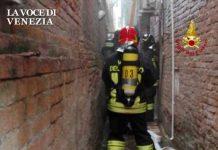 incendio venezia vigili fuoco calle pompieri scale up 600380