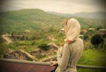 kobieta w chuście w Gelati niedaleko Kutaisi