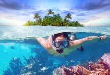 Młoda kobieta snorkująca w tropikach