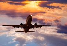 samolot na niebie podczas zachodu słońca