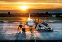 samolot na lotnisku ze schodami