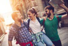 Szczęśliwi młodzi ludzie z mapą