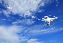 Dwa unoszące się w powietrzu drony