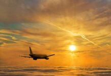 Samolot lecący ponad chmurami