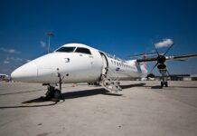 śmigłowy samolot pasażerski na płycie lotniska