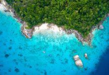 widok z góry na wybrzeże wyspy z czystą niebieską wodą