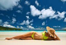 kobieta w żółtym bikini na plaży