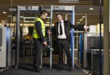 Mężczyzna sprawdzany na lotnisku przez ochronę