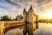 zamek nad wodą o zachodzie słońca