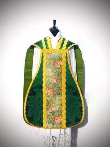 Pianeta in taglio francese di damasco verde con inserti - davanti - Fiducia Tantum