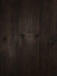 Zwarte houten vloer vloerverwarming