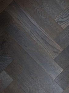 Zwarte geoliede visgraat vloer